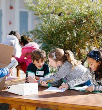 Estudiantes en clase trabajando con Design Thinking