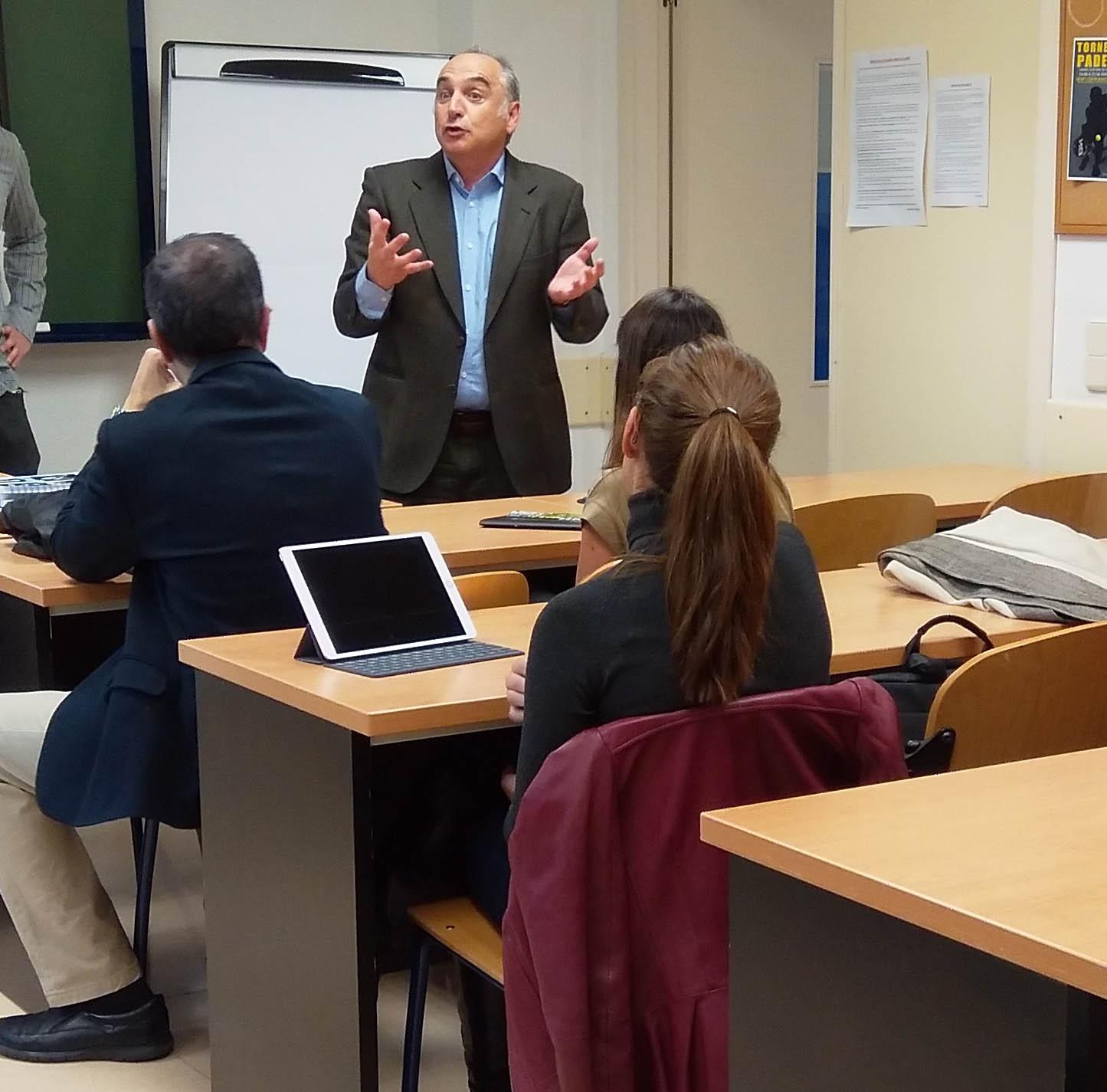 Explicación de un mentor en el programa de Aceleración de Proyectos de ESIC