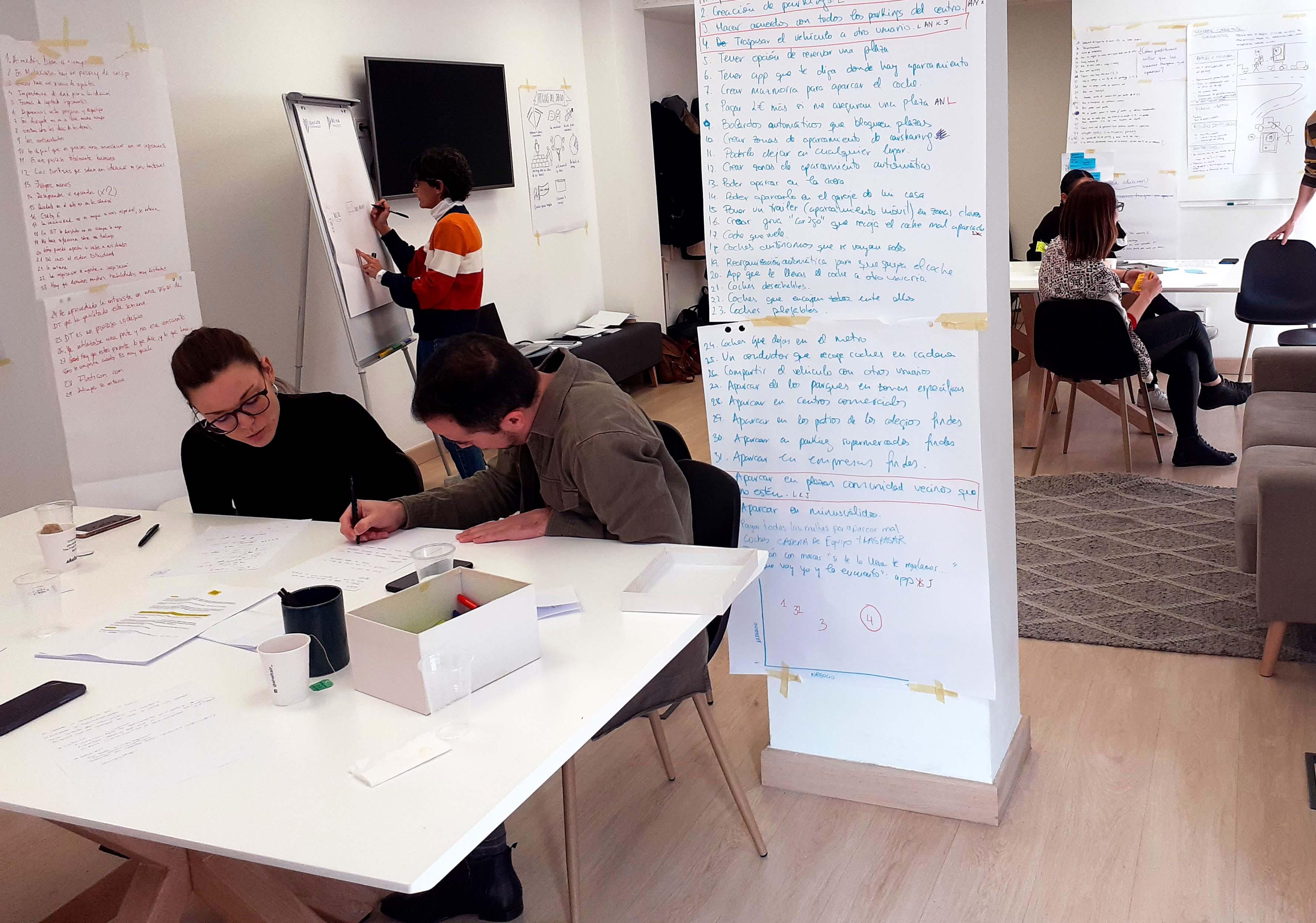 Alumnos trabajando en el Curso de Design Thinking
